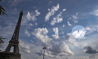 Смел французин удиви с разходка на въже от Айфеловата кула (видео)
