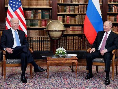 Ръкостискане и усмивки за начало на срещата Байдън - Путин